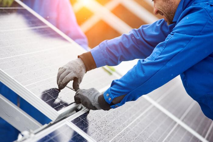 installer installing solar panels for feed-in tariff